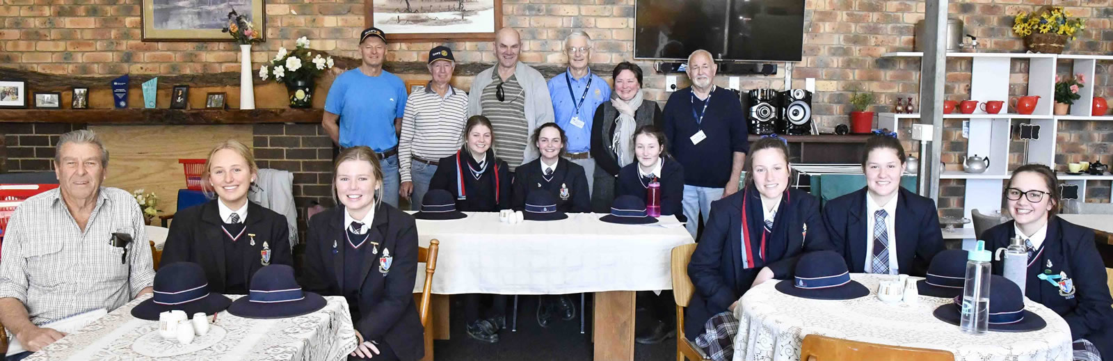 2017 Armidale Central Rotary regular meal delivery volunteers with NEGS students.